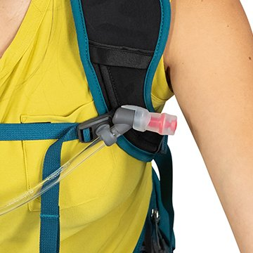 Adjustable sternum strap has magnetic attachment to secure bite valve while riding and keep water close.
