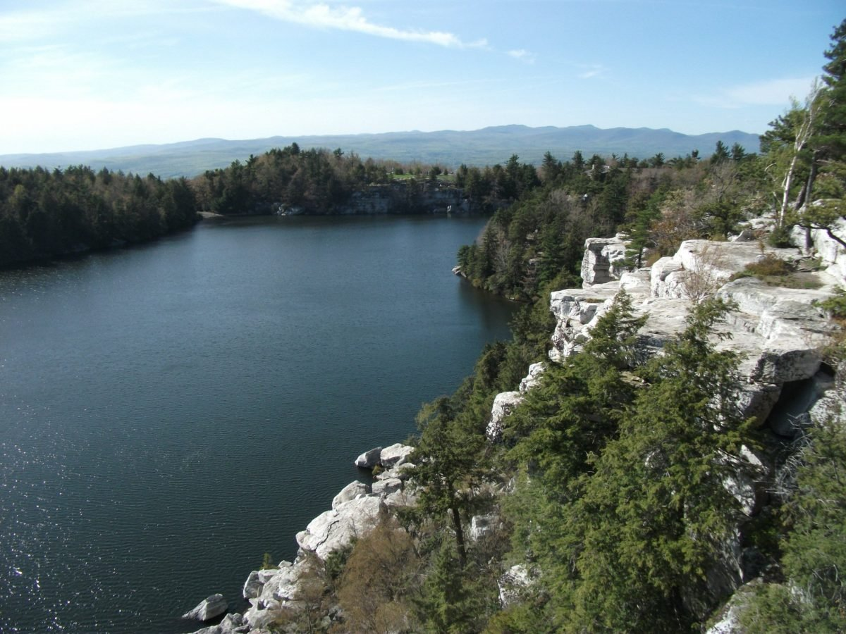 Lake Minnewaska Trail. Image via Doug Kerr